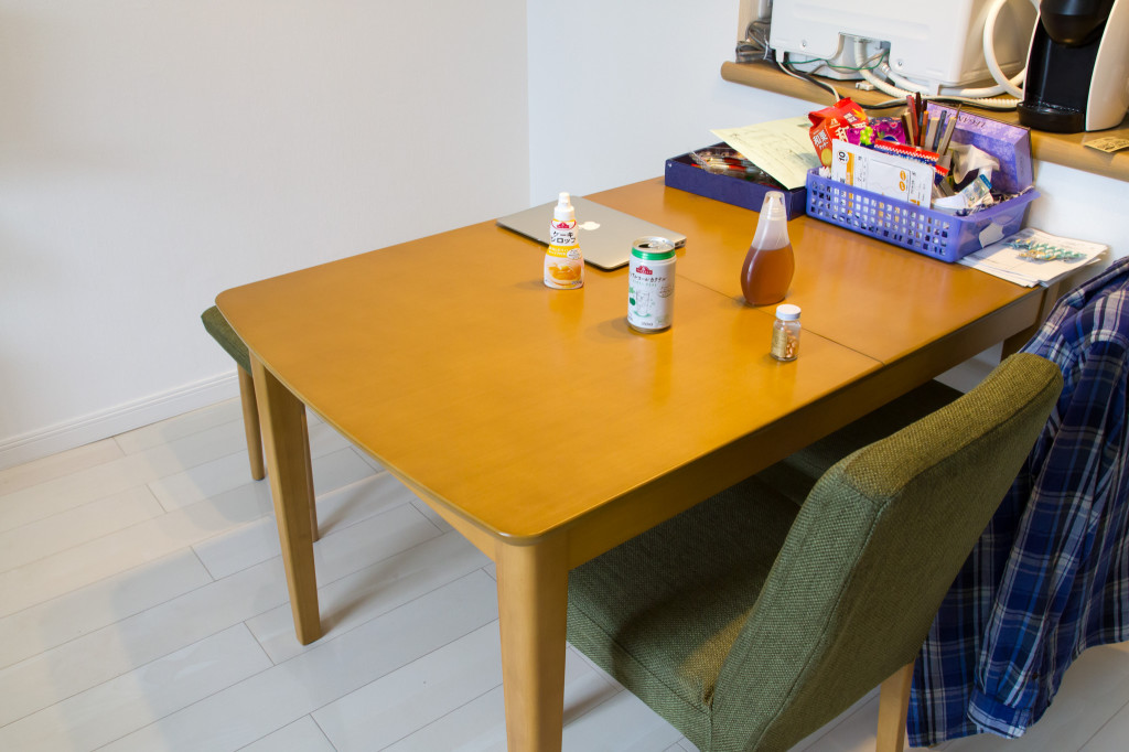 伸長式でもスッキリ天板のダイニングテーブル(クローズ LBR シンチョウ)