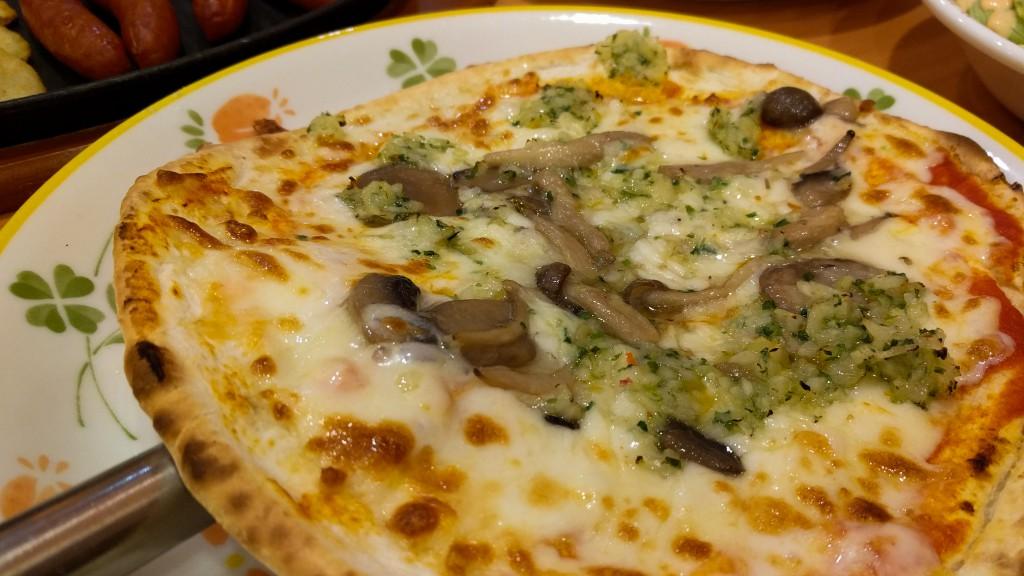 野菜ときのこのピザ(399円)